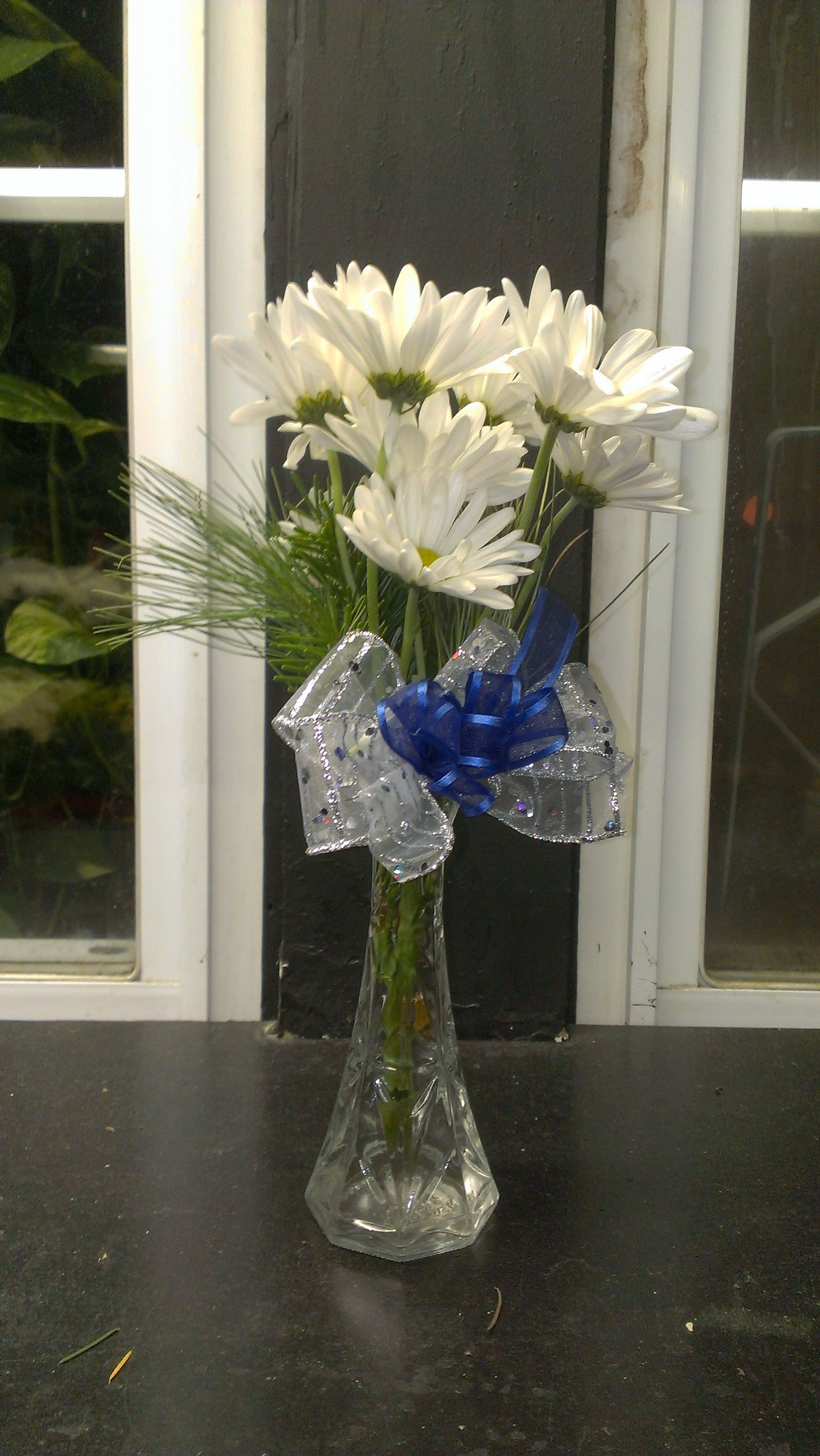 Here is a elegant and quaint centerpiece for any holiday