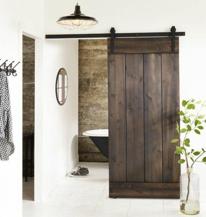 une salle de bains rustique équipée avec une baignoire, une porte de