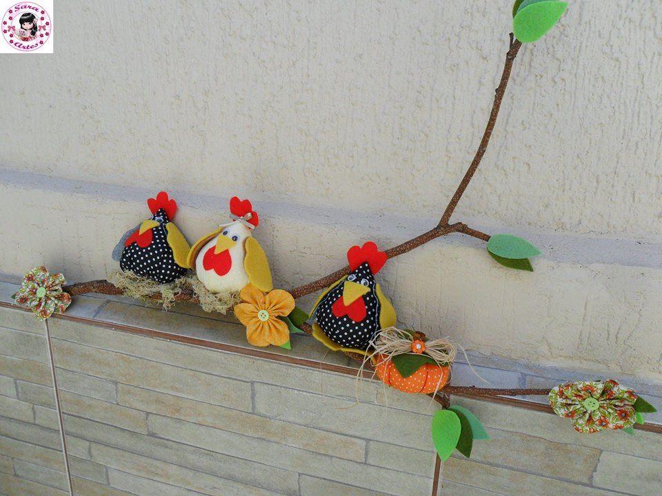 galho seco decorado com galinhas de tecido