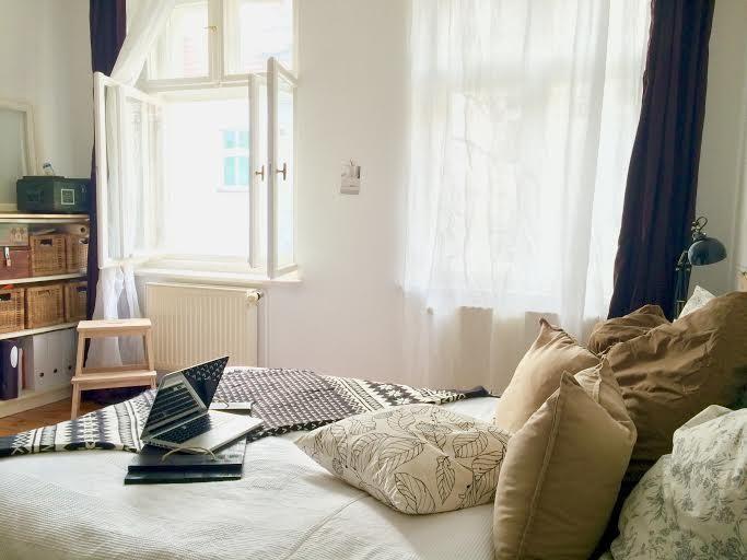 Kuscheliges Bett mit vielen Kissen Gemütliches WG-Zimmer in