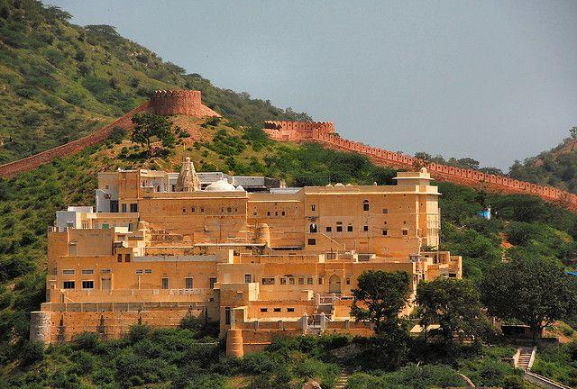 Jaipur, debe su color a un revestimiento compuesto de cal apagada, junto a pigmentos naturales conocidos como estuco. El tinte rosado, adoptado como símbolo de la ciudad, es la tonalidad que grabará nuestra memoria al visitar la ciudad que también, es capital del estado de Rajastán