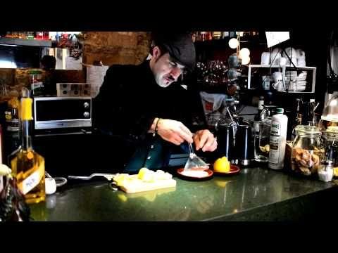 Sweet Dietrich es un cóctel propuesto por Damiá Mula i Gimeno para Destilados del Mundo. Una receta con licor de vainilla Habbel, Ginebra alemana añejada, limón y clara de huevo. En este vídeo podrás ver el paso a paso!