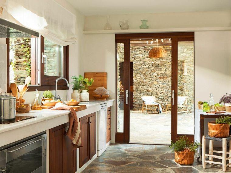 porta-finestra-profilo-in-legno-pavimento-pietra-cucina ...