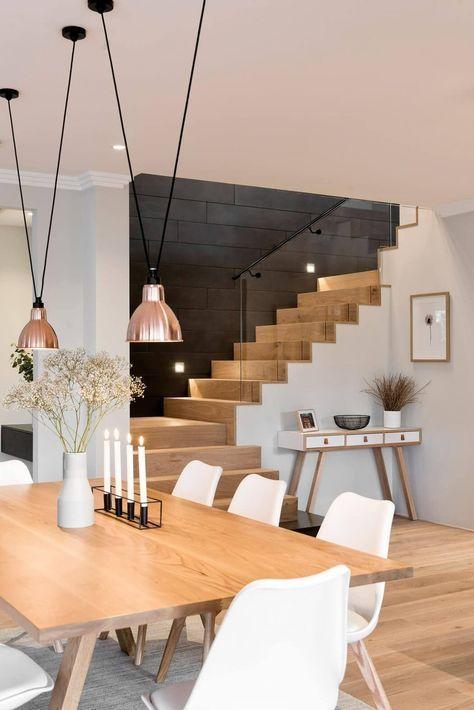 Offenes Treppenhaus Zum Esszimmer Mit Holzbelag Auf Treppen Und Gefliester  Flurwand