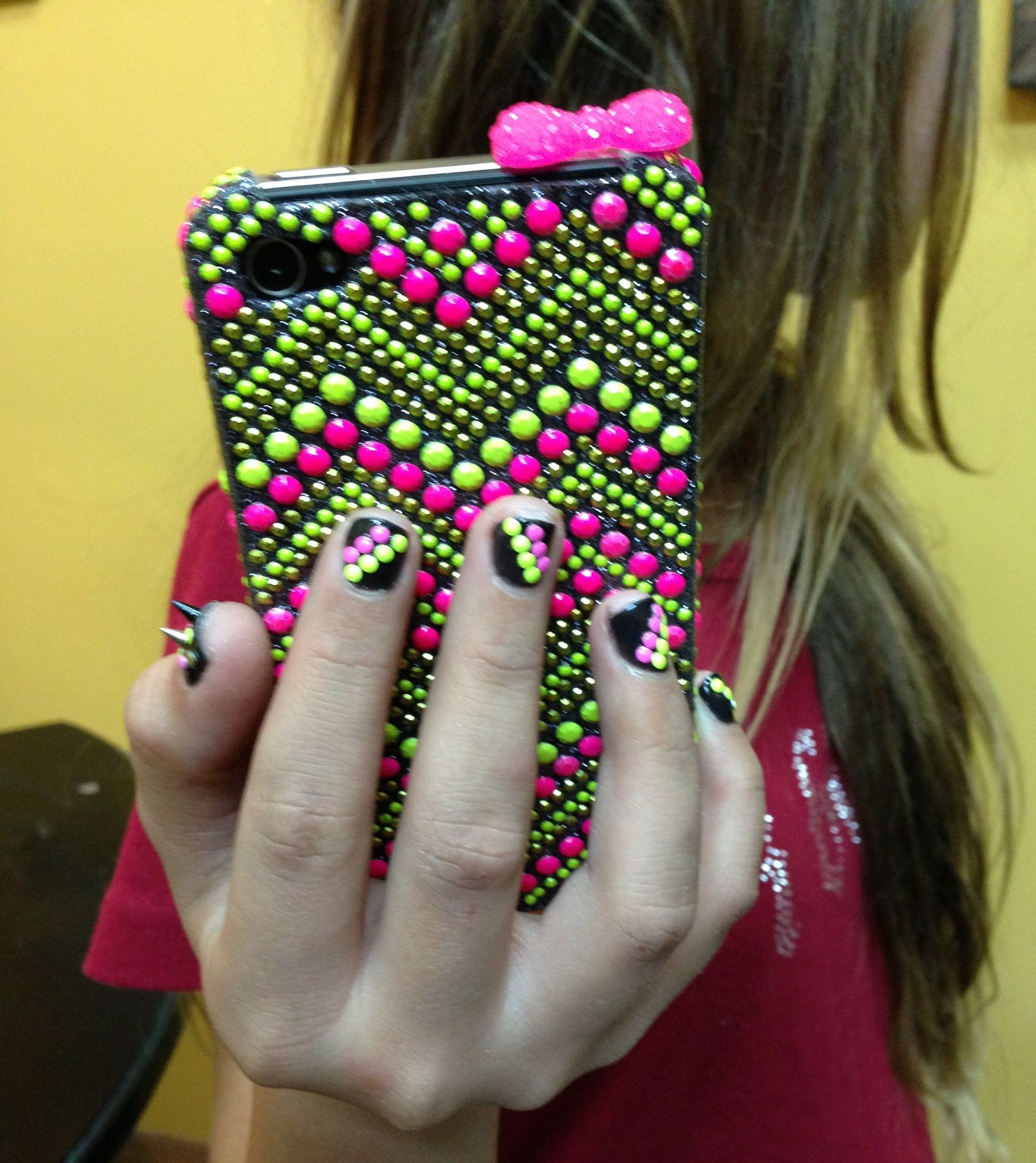 Nails matching phone case