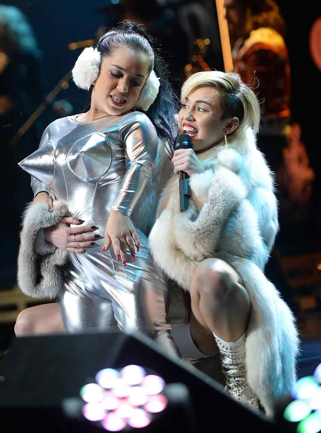 Miley Cyrus Escandaliza Vestida De Mamá Noel Go Fur It Girls