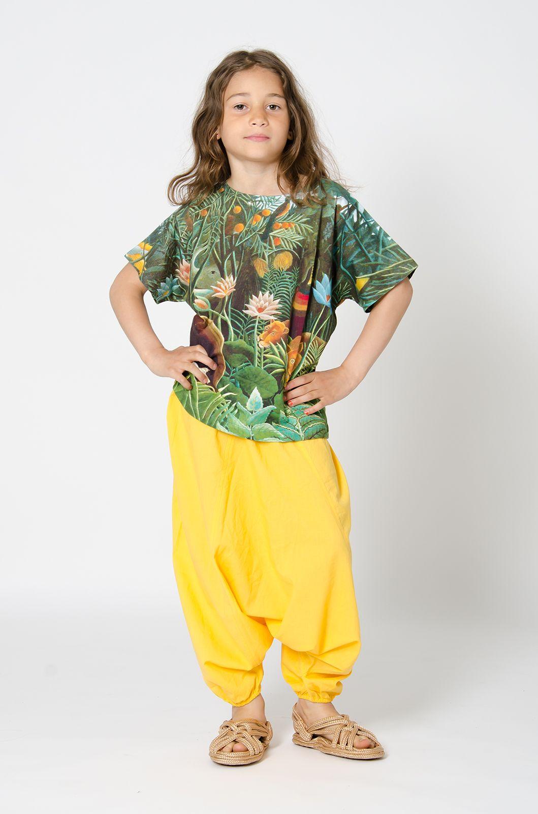 Μαλακό και αεράτο παντελόνι  με ελαστικό τελείωμα   στη μέση και στα πόδια.  Η τέλεια καλοκαιρινή επιλογή  για ανεμπόδιστη κίνηση  και ατελείωτο παιχνίδι!  100% GOTS certified cotton