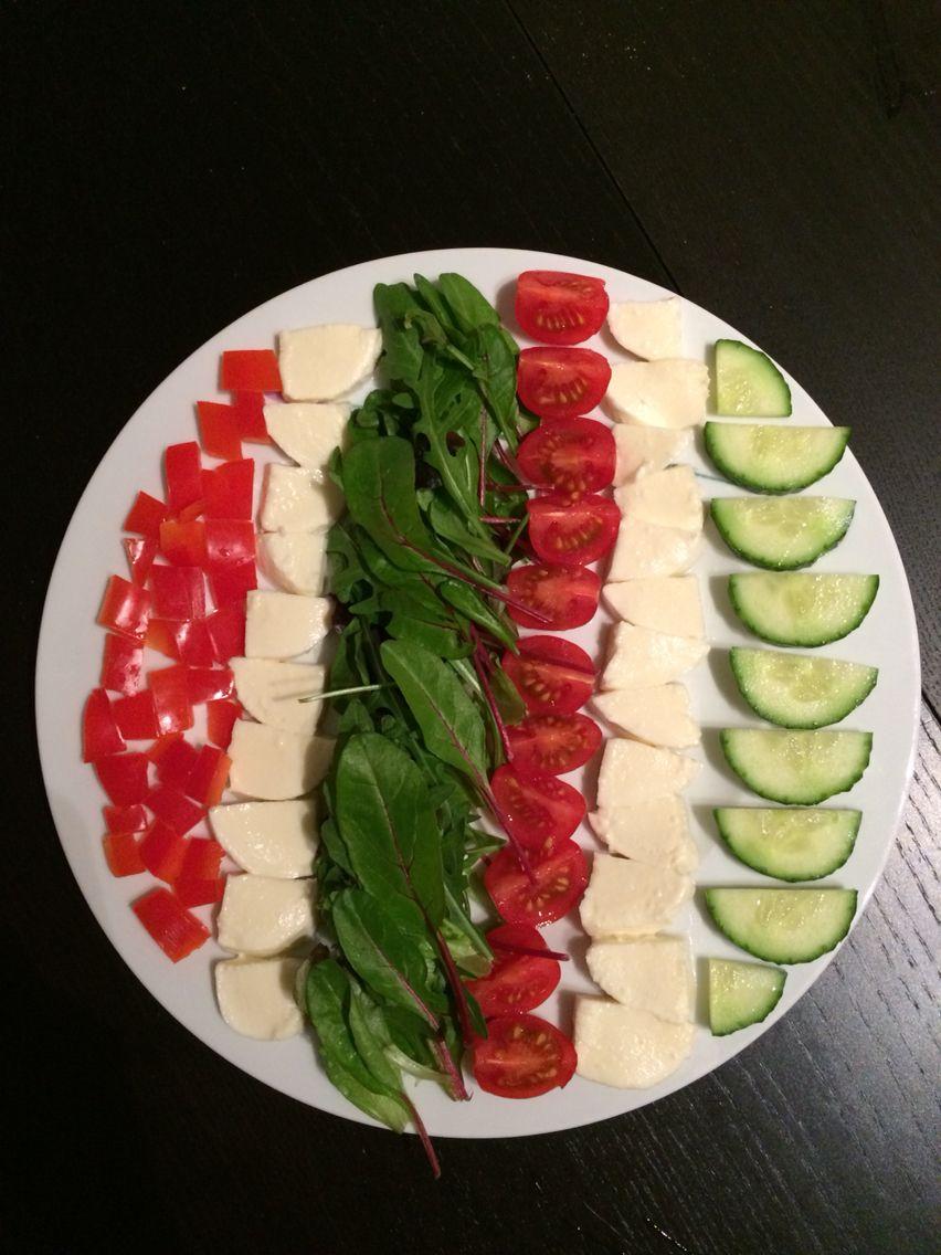 Geordende salade: paprika - mozzarella - babyleaves - cherrytomaatjes - mozzarella - komkommer