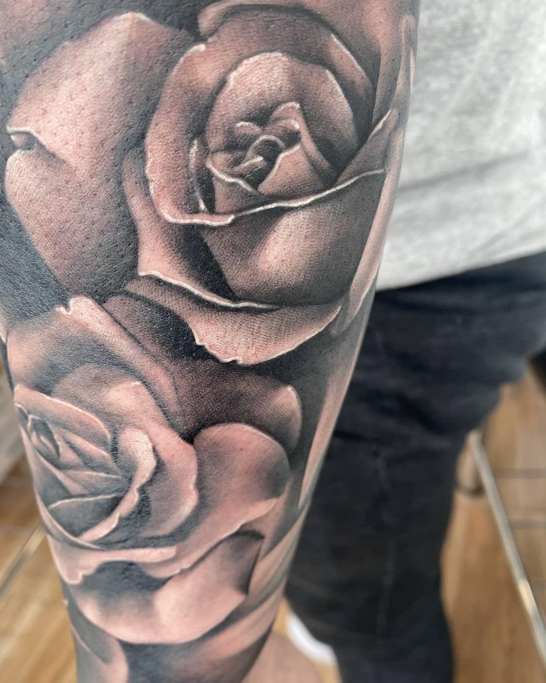 Tattoo de antes del confinamiento, se me olvidó colgarlo.... Hecho en @momtattoostudio  Muchas gracias @_aperez11_ por volver a confiar en mi🙌😉 #tattoo #tattoorose #rosetattoo #tattooblackandgrey #blackandgreytattoos #blackandgrey #realismart #realistictattoos #realisticink #realistictattoo #realimart #tattooroserealistic #tattoorealist #tattoorealism #tattoorealista #tattoorealism #tattoobarcelona #barcelonatattoos #barcelonatattooartist #barcelonatattoo #tattooterrassa #terrassatattoos #terr