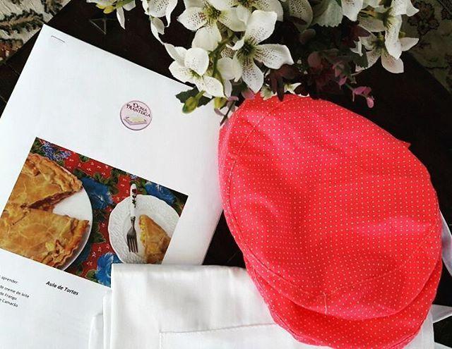 Apostila, avental e toucas prontas para nossa Aula de Tortas. Dia 13 de Agosto das 15 às 18 hrs. Informações no Whatt (11) 9 9458 1069 ou mail: donamanteiga@donamanteiga.com.br. #schoolofpie #auladetortas #tortadavovó #tortadecamarão 🌱🐔🐄🍫🍰 @donamanteiga #donamanteiga #danusapenna #amanteigadas #gastronomia #food #bolos #tortas www.donamanteiga.com.br