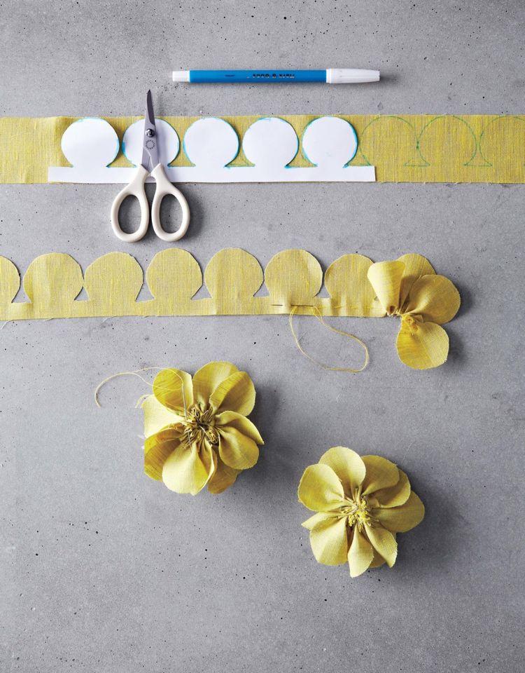Stoffblumen selber machen: 30 tolle Ideen und Anleitungen #tischdekoselber #ideendeko #blumenbasteln #bestetrendmode #dekoselber #bastelideen #inspirierendblumen #flower #diy #fabric #luxus #papierblumenselber #tutorial #einzigartig #flowerfabric