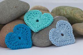 Blaue gehäkelte Herz Applikationen - Blue crochet heart appliques - link to pdf pattern