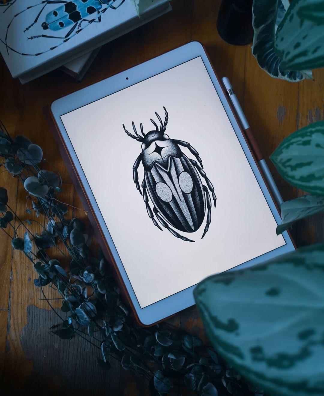 Pomysły mi się nie kończą, ale  rośliny do zdjęć owszem :D bardzo chciałabym zrobić tego robala, rozmiar do ustalenia, miejsce na ciele też, ktoś chętny?  #tattoo #ink #tatuaz #dotwork #dotworktattoo #polandtattoos #cracowtattoos #bugtattoo #iblackwork #tattoodo #tattooidea #available #krakow