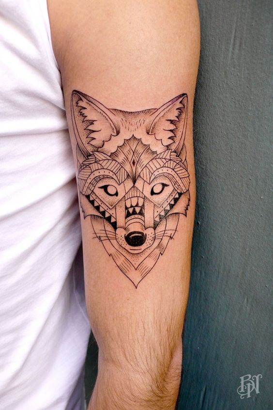 Beau tatouage d\u0027une tête de loup sur le bras