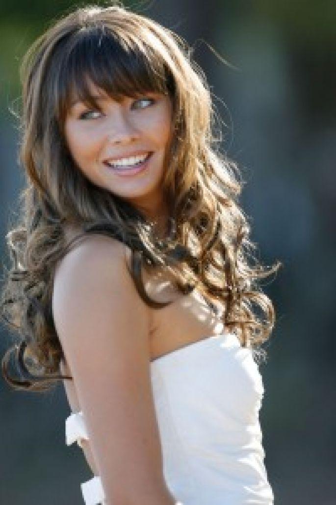 novia con pelo rizado y flequillo