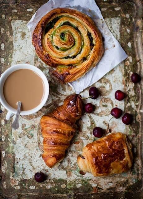 Le petit déjeuner. Pain au chocolat, croissant, pain aux ...