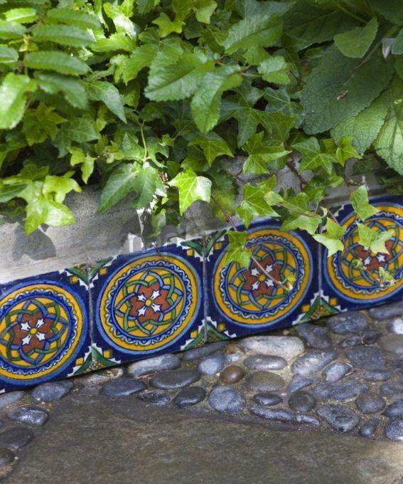Une Bordure De Jardin Avec Du Carrelage Multicolore Jardin