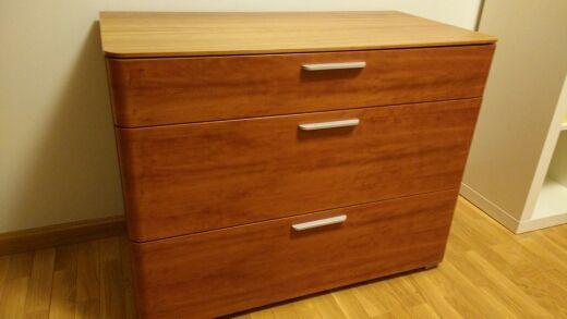 40€ Mueble de madera buena calidad con 3 cajones (2 de 26cms de alto y 1 de 13cms de alto). Medidas: Alto 70cms Ancho 90cms Profundo 47cms. Cajones amplios. En muy buen estado.