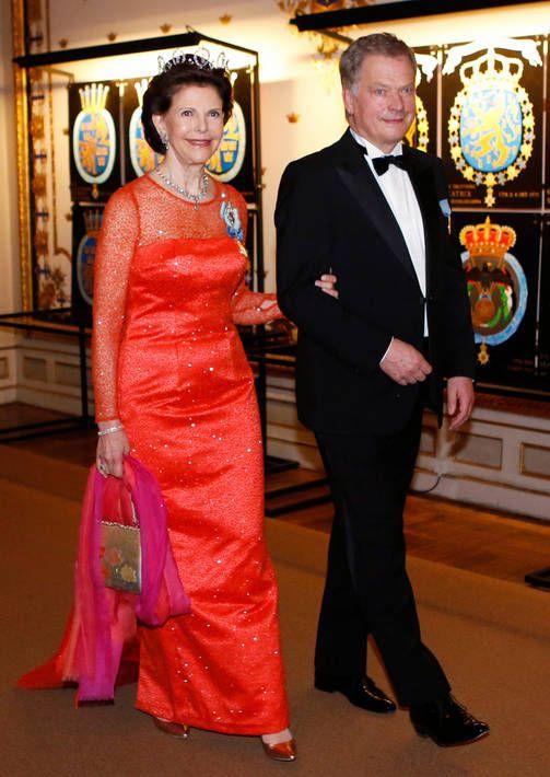 Kuningatar Silvia lähetti puolisolleen rakkaudentäyteiset terveiset upealla tulipunaisella iltapuvulla. Presidentti Sauli Niinistö saattoi kuningattaren illallisille. (30.4.16)