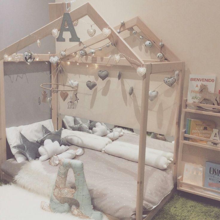 Pin de lilu canchila en spaces for kids cama montessori for Decoracion habitacion infantil montessori
