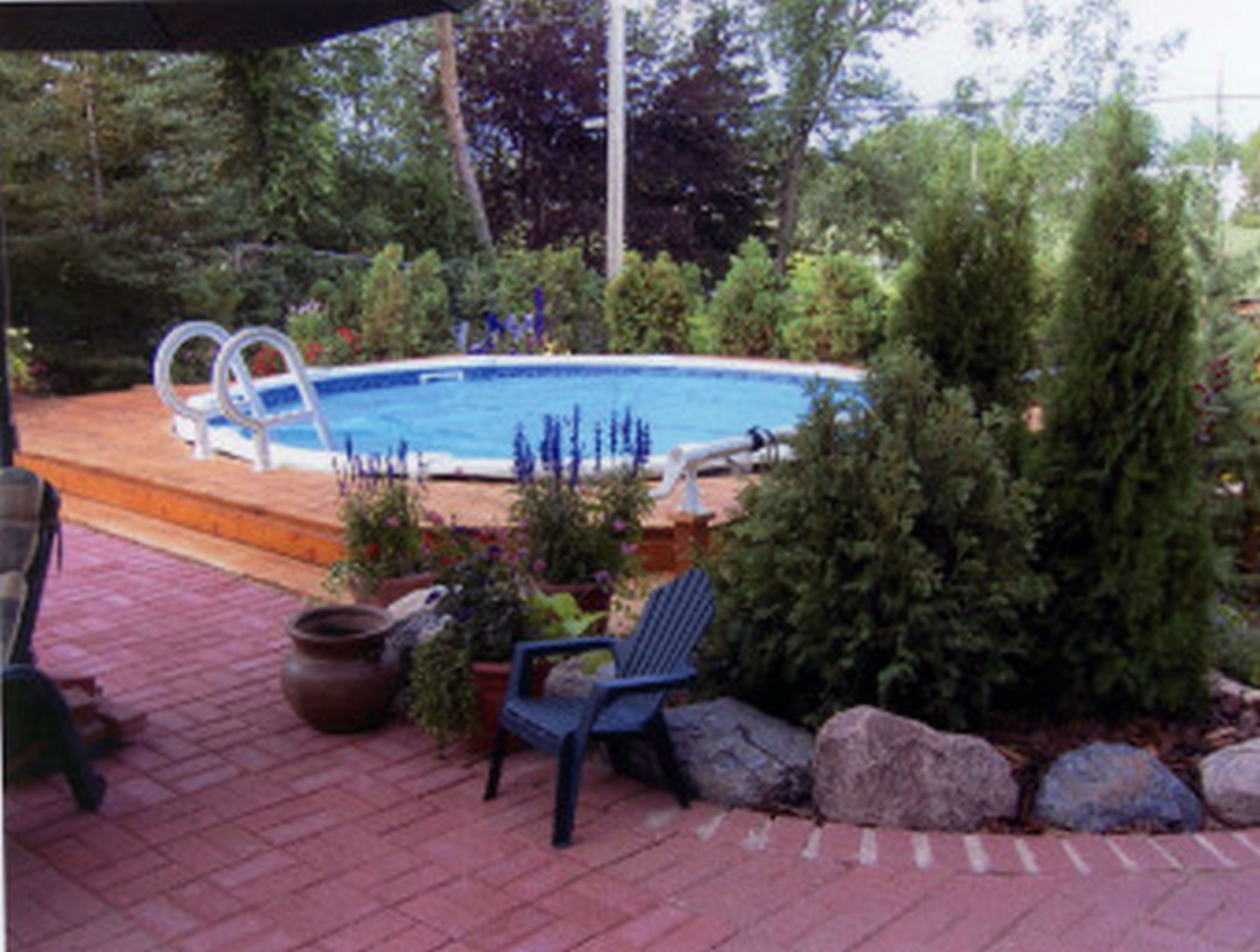 Above ground pool landscaping4 charming landscaping for Pool landscaping ideas on a budget