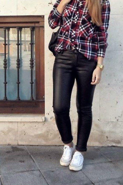 8328f5deb2 Hasta unos pantalones de semicuero y camisa de cuadros logran el look