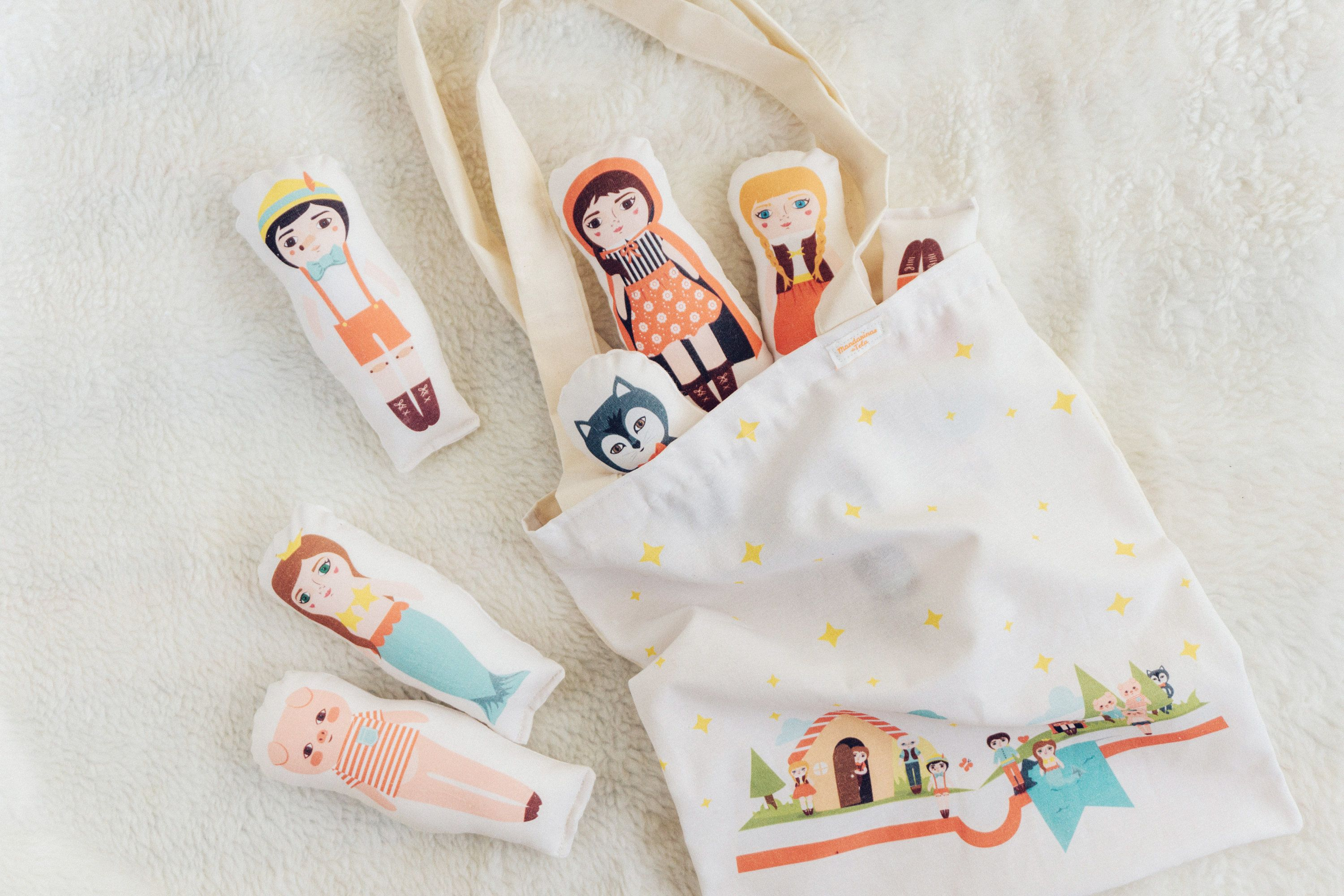 The new Cuentos Collection is now AVAILABLE FOR PRE-ORDER!  Reserve yours at a special launch price until August 18 and will be available on Monday 28!  Includes: Tote Bag, Hanging Wall Banner, 11 mini-dolls, Cushion Cover and Fabric Bunting.  Regular Price $90usd* PREORDER $65usd  Mini dolls: Little red riding hood & Wolf / Pinocchio & Geppetto / Hansel & Gretel / The three Little Pigs / Little Mermaid & Prince. Medida 2.7x6.7 inch / 7x17 cm. Tote Bag...