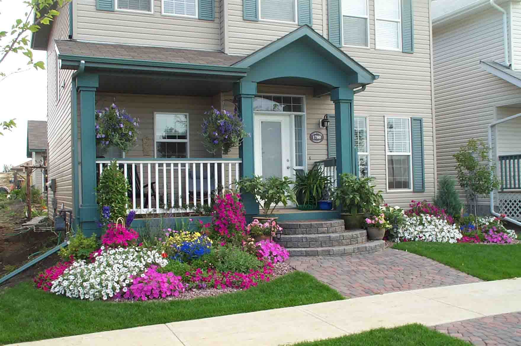 small front yard with curved flower
