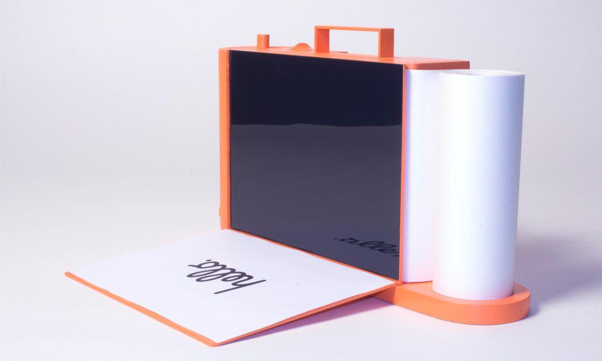 """Paper ist ein Drucker, Scanner & Kopierer. Ausgehend von der Frage, warum Drucker so frustrierend sein können und durch ihre Erscheinung jeden Raum in ein Büro verwandeln, hat Designer Ludwig Rensch ein paar Schritte Abstand genommen und den Drucker von Grund auf neu entworfen. Paper ist Teil von Renschs Diplomarbeit """"Die Bedienbarkeit der Dinge"""" und [...]"""