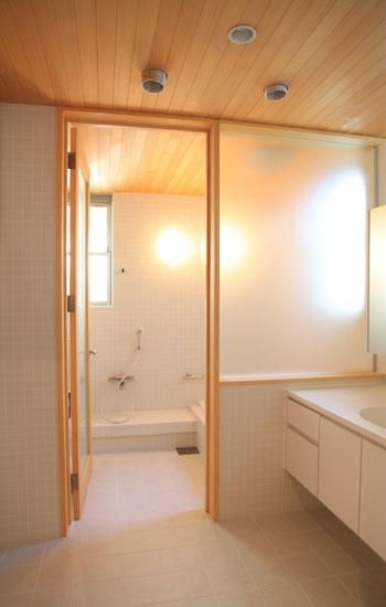 バス トイレ事例 白タイルの浴室 八神の家 シンプル バスルーム