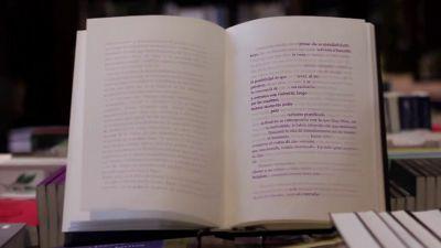 2ヶ月で文字が消えて読めなくなる本がアルゼンチンで出版 - GIGAZINE