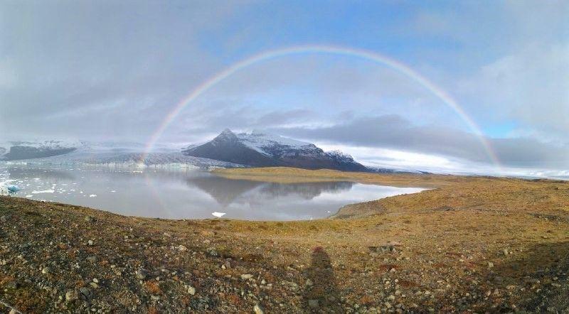 Arco Iris con un lago glacial de Vatnajokull de fondo