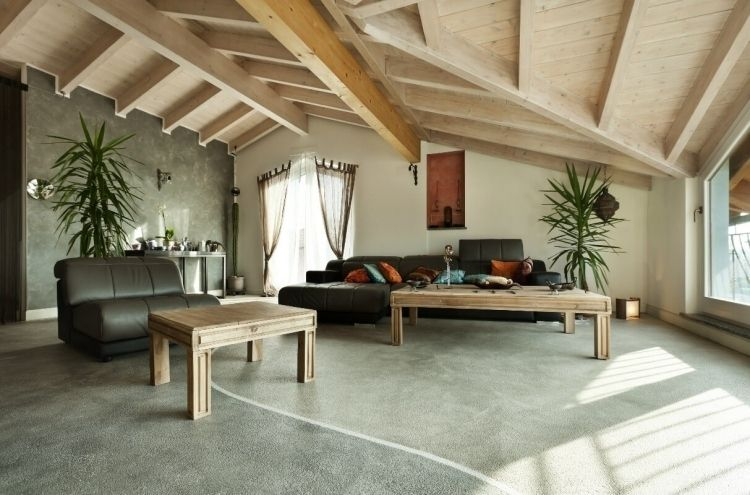 feng-shui-wohnzimmer-einrichten-holz-decke-couch-gross-schwarz - feng shui im wohnzimmer