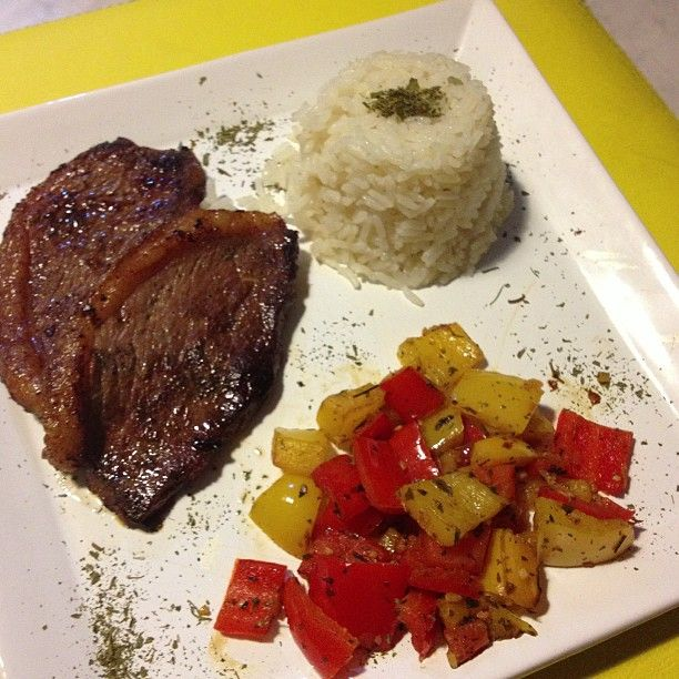 Picanha, arroz e pimentão.