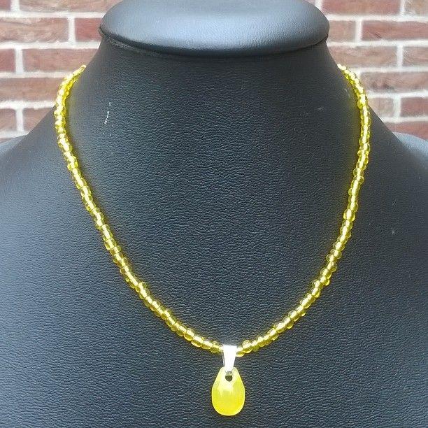 44004 : #halsketting van gele rocailles met geel druppelvormig glazen  hangertje (43cm)