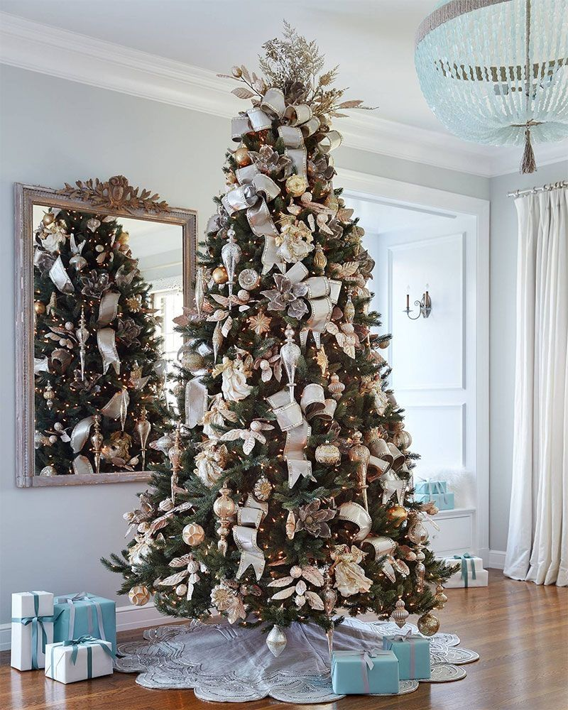 25 Glamorous Christmas Trees to Give your Home a Festive Look #kerstboomversieringen2019