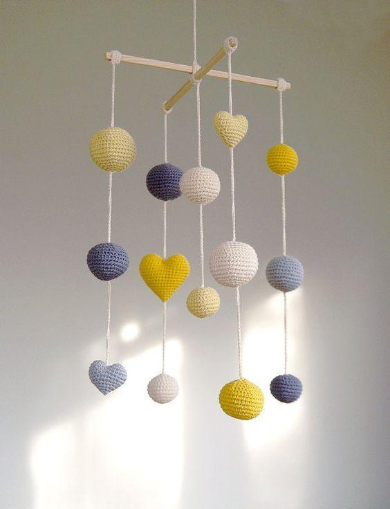 Crochet Balls / Hearts Baby Mobile – Mobile de ballon gris / jaune / noir (mobile 5 couleurs) – décoration chambre garçons / filles   – filzen Mobiles