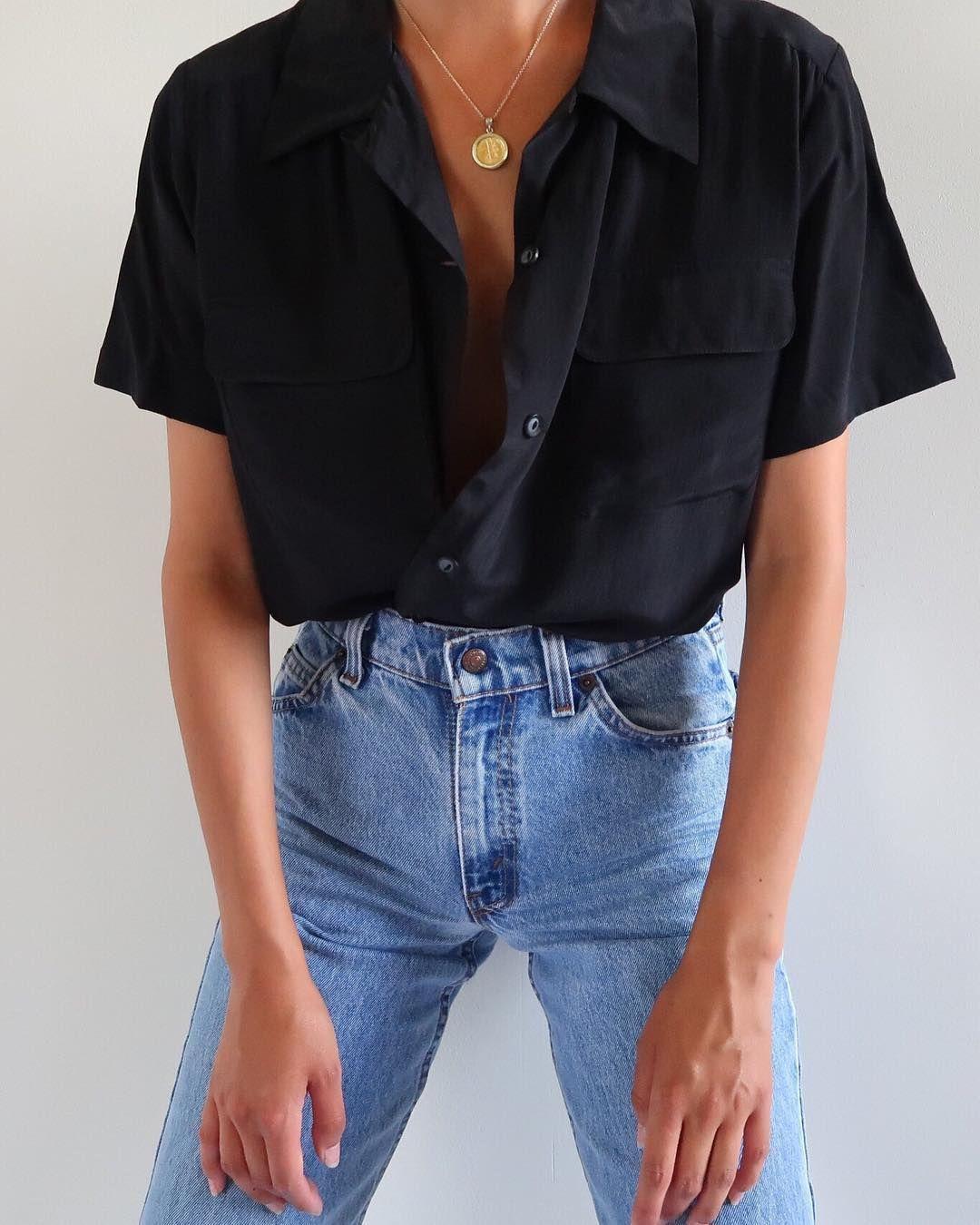Photo of SÅLD Vintage svart 100% siden kortärmad blus med fickor fram, passar bäst x …