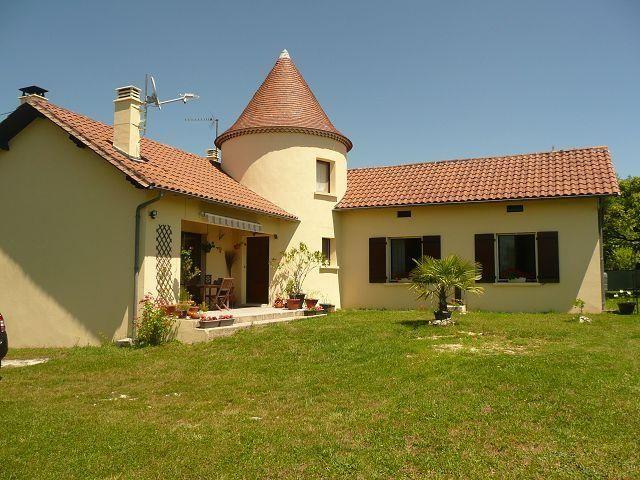 Tr s belle maison avec tour ronde d pendances et jardin for Constructeur tours