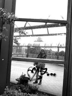 Matkojeni blogi: Omakuvia ja heijastumia: Itä! Self Portraits and Reflections: Itis! Eastern Centrum. Sadepisaroiden virta, ryttääntynyt muovi haijastavalla pinnalla, kuin mikroskooppikuva, halkeileva, kuivunut laakso, laihoja kurkiauroja, kiteytymiä, negatiivinen omakuva sateiselle pinnalle