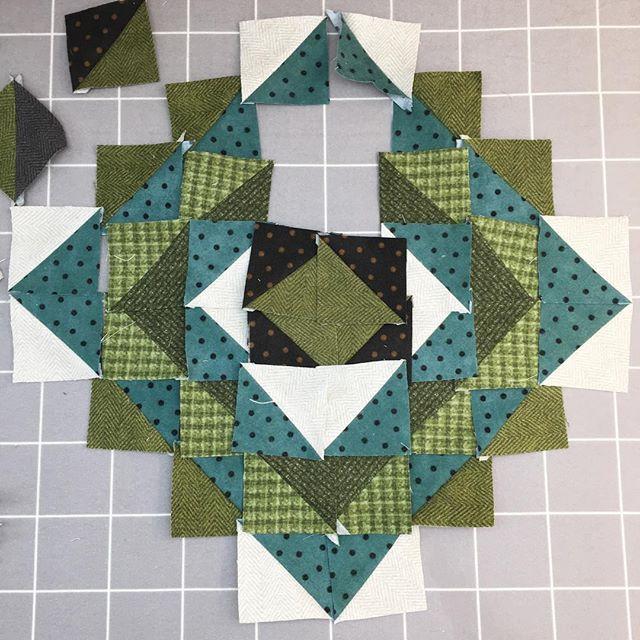 working with my scraps #cottonandcolor #patchwork #patchworkquilt #quilt #patchworklovers #handicraft #handmade #creative #artesanato #quiltersofinstagram #madewithlove #quilterslife