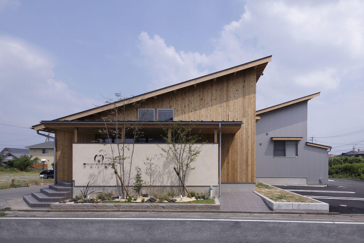 歯科医院デザイン デンタルクリニックデザイン 片流れ屋根 木造建築 勾配天井 建築デザイン インテリアデザイン 木の壁 ガルバリウム 片流れ 屋根のデザイン 建築デザイン