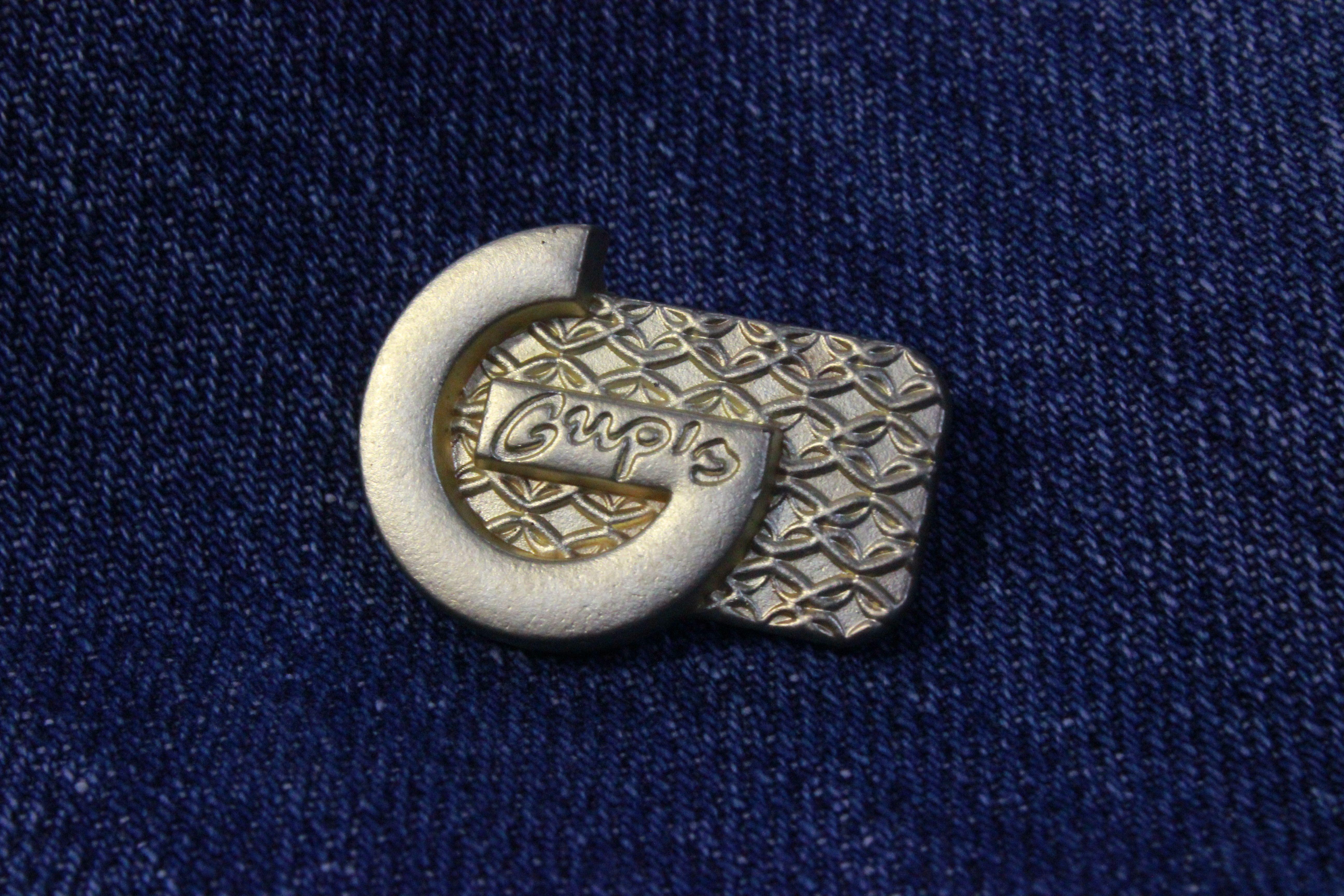 #estradavelasquez #estrada #velasquez #diseño #fashion #detalles #placa #decorativa #jeans www.estradavelasquez.com