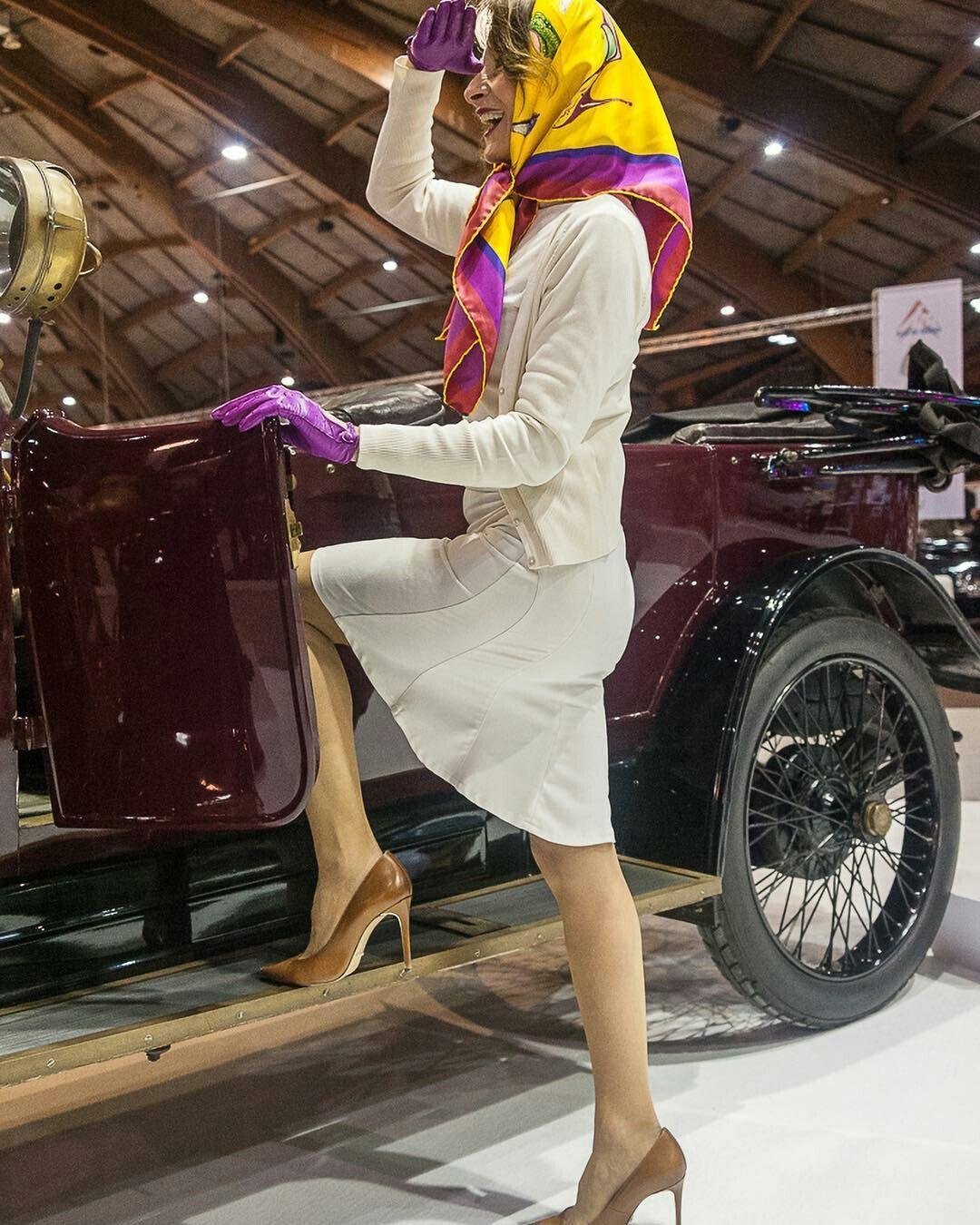 Frau mit Kopftuch & schönen Beinen steigt in Oldtimer in