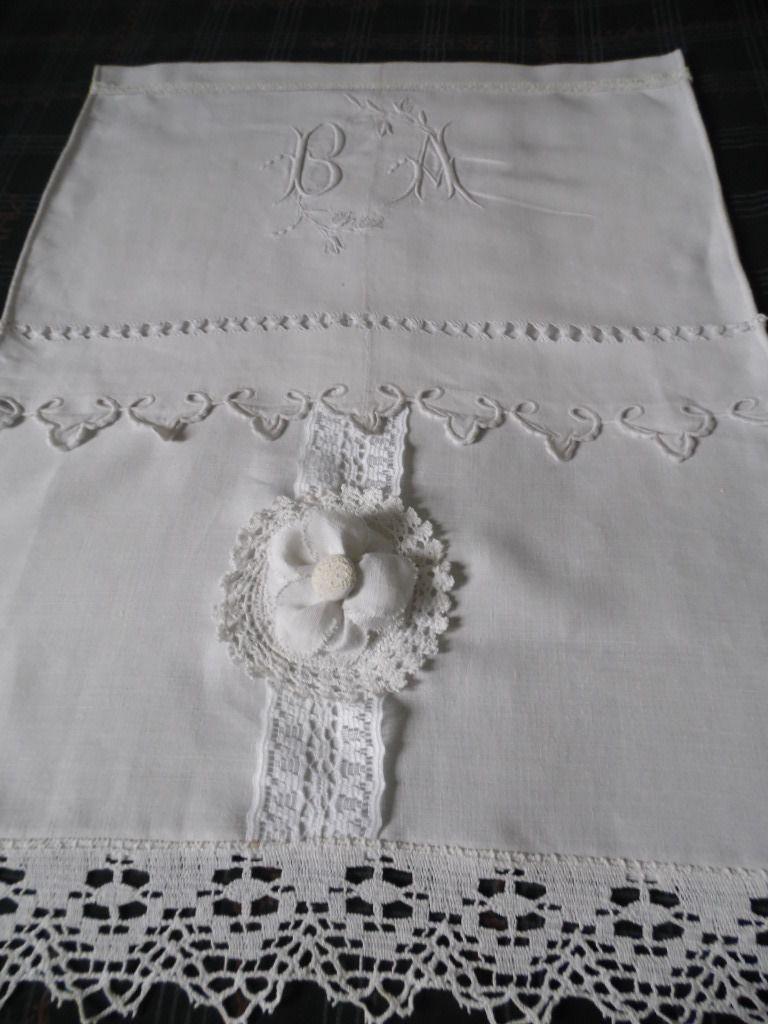 petit rideau en lin r alis avec la partie centrale d 39 un. Black Bedroom Furniture Sets. Home Design Ideas