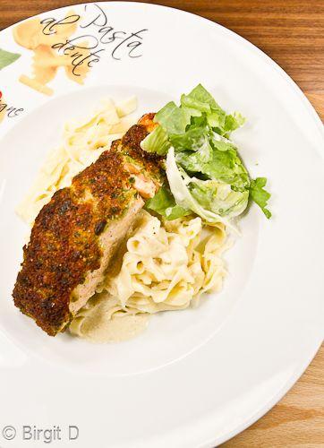 Tagliatelle und gebratener Lachs mit Kräuter-Parmesan-Kruste