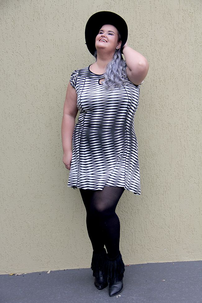 Este vestidinho preto e branco da Chic e Elegante é sexy e moderno e dá para usarmos tanto no dia a dia quanto para uma baladinha, por exemplo. Brinque com os calçados e acessórios para criar uma produção diferente para cada ocasião!