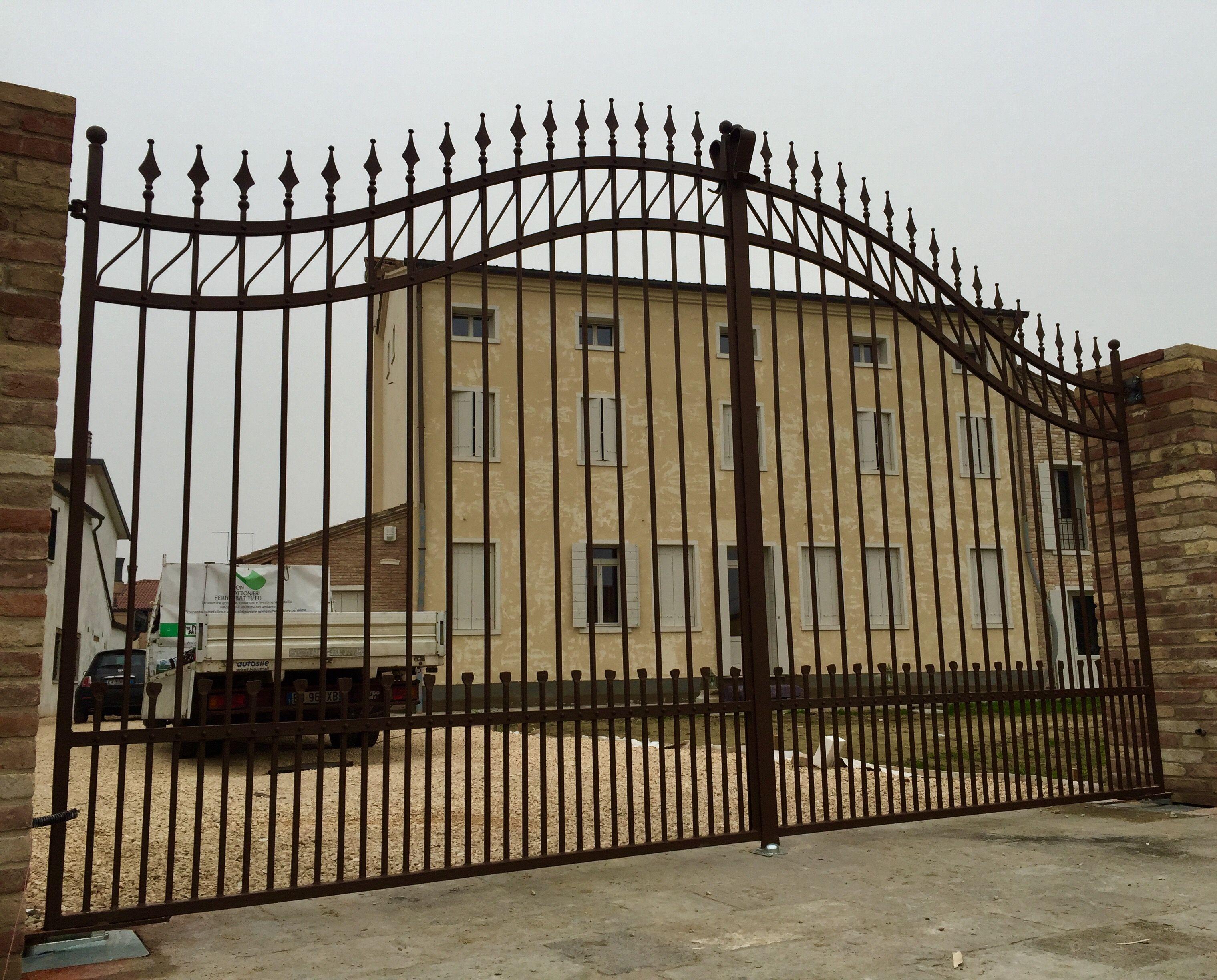Cancello carraio e recinzione in ferro battuto spigolato for Cancelli di legno per giardino