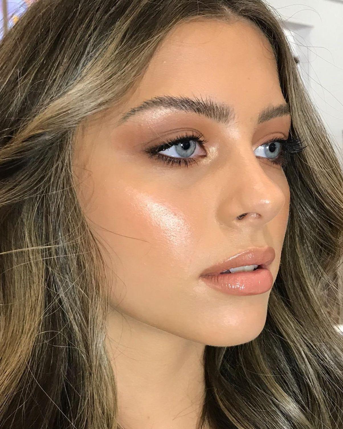 neutral monochromatic minimalist glowy skin makeup look in