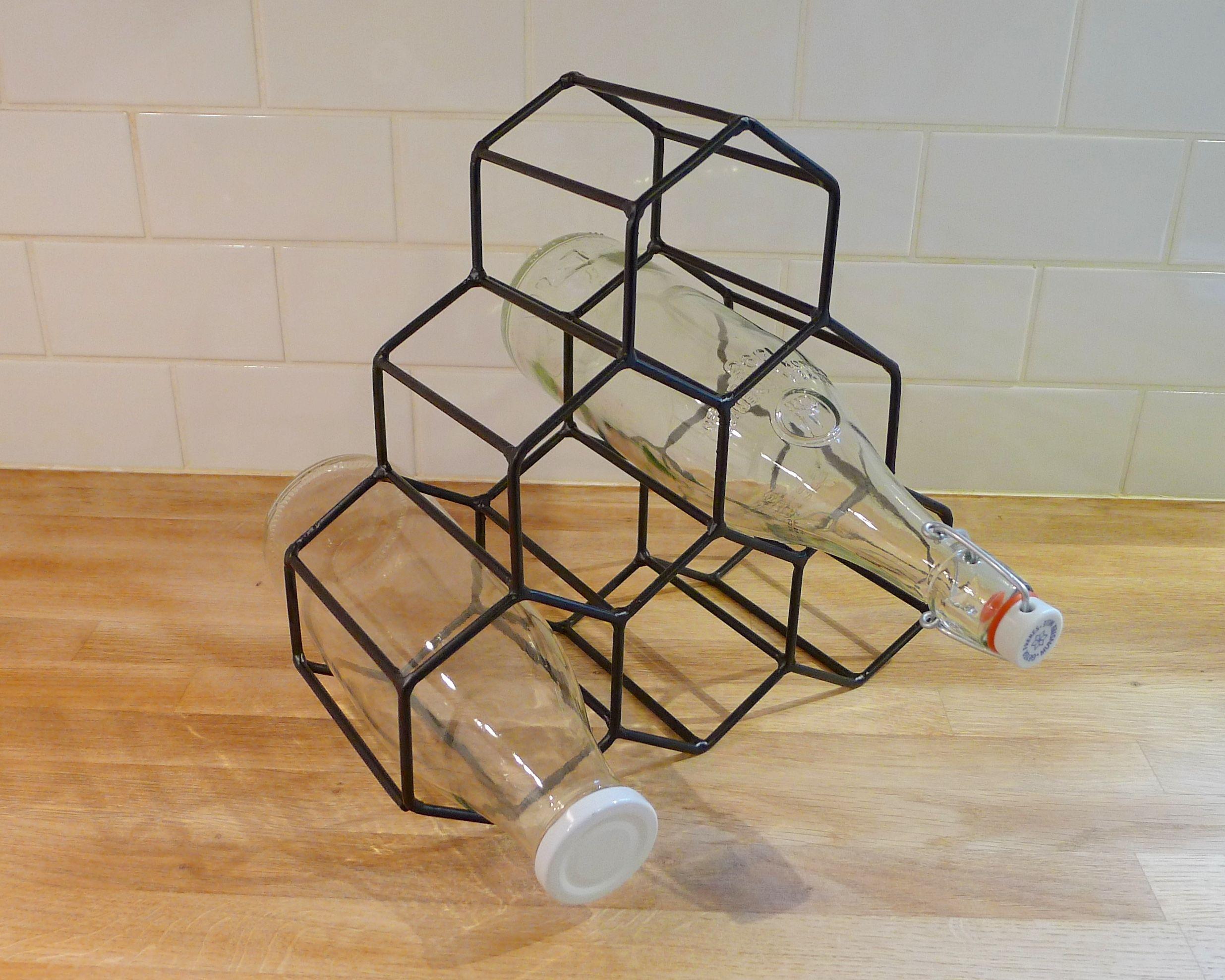 Porte-bouteilles métal noir  Pratique et sobre pour ranger ses bouteilles. #PorteBouteilles #cuisine #bouteille #ranger #rangement #presentatoir